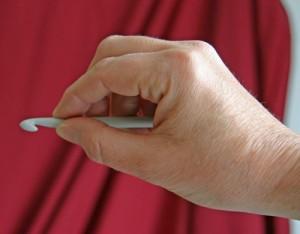 Método del cuchillo para sostener la aguja de crochet